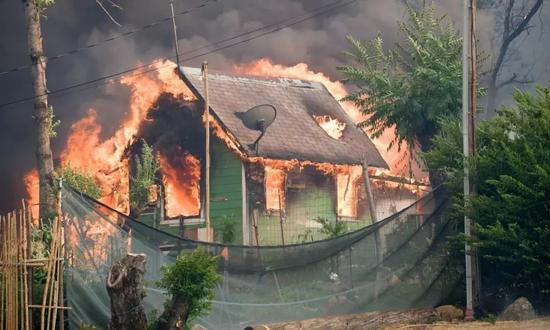 ▲一座被野火吞噬的房屋 图据Shutterstock