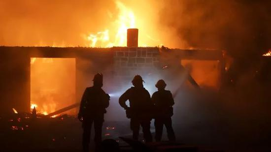 ▲消防员正在扑灭大火 图据美联社