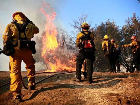 ▲私人消防队正在工作中 图据商业内幕网