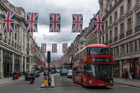 巴菲特到伦敦买楼 李嘉诚也去抄底了 你该去吗?