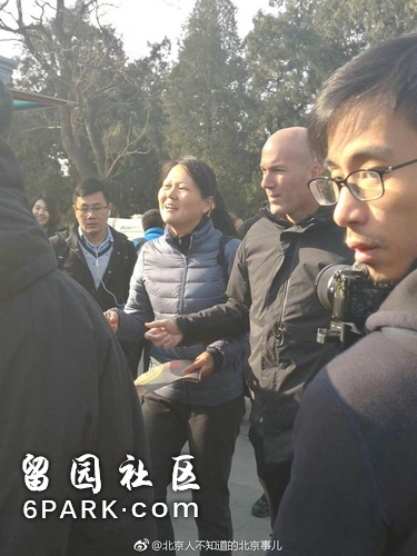 网友在北京天坛公园偶遇齐达内 园方:参观完就走了
