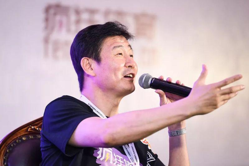 Hác Hải Đông là cựu tiền đạo đội tuyển bóng đá quốc gia Trung Quốc, từng chơi cho cả Bát Nhất và Thực Đức Đại Liên (Dalian Shide F.C).